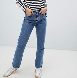 Jättefina jeans från Weekday💙  det är dock ett hål i höger ficka (se bild 3) därav det låga priset💕