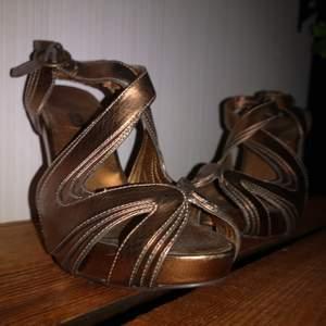 Bekväma och stabila klackar med platå från din sko i stl 37. Måttligt använda och i mycket gott skick. Platå 2 cm, klack 11 cm.