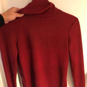 Stickad polotröja från Zara i storlek S med så fin skärning i ryggen.