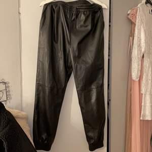 Pösiga svarta skinn byxor från Zara. Dom är i storlek M, de passar mig som har S men är lite pösiga.  Nyskick! Resor i midjan och vid fötterna🤍
