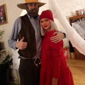 Enkel röd klänning med puffärmar. Klarröd. Använd 2 kvällar, i nyskick alltså ☺️🍓🍓 frakt tillkommer