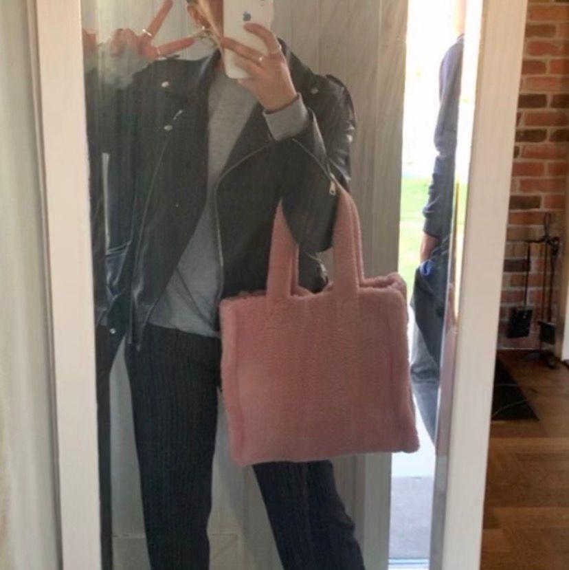 Jätte fin Teddy väska som är använd en gång. Relativt stor men ser exakt ut som den gör på bilderna, storleksmässigt och materialmässigt.💕🧚🏼♀️ Köpte den för 1300kr. Väskor.
