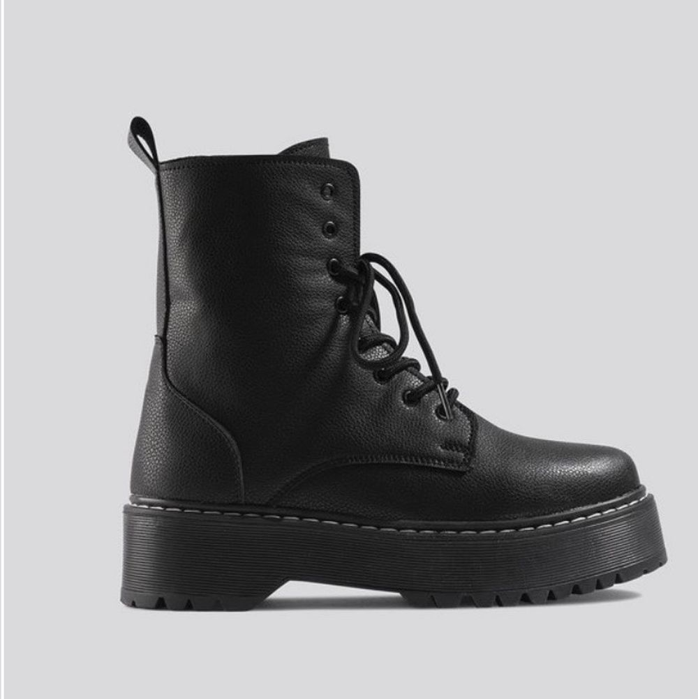 Selling new chunky sole combat boots from NAKD. Size 36. Never worn outside. Selling for 300, new price was 599. Shipping not included in price.. Skor.