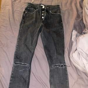 Grå håliga jeans från Gina. Superbra skick! Frakt tillkommer.