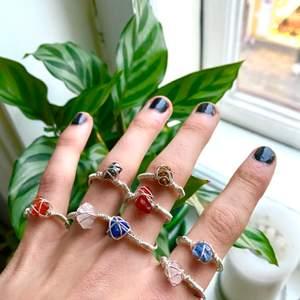 Superfina kristallringar jag gjort själv💕 finns i kristallerna carneol, hematit, turkos, bergskristall, sodalit, tigeröga och rosenkvarts💕 frakt 11 kr!