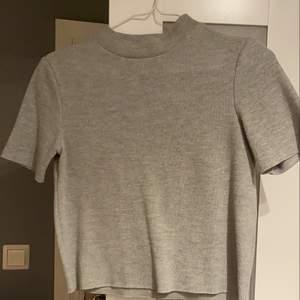 """En """"stickad"""" T-shirt med lite hög krage från zara! Använd några gånger men fortfarande fint skick"""