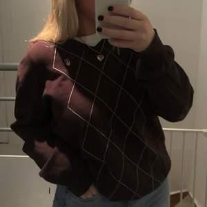 En snygg brun stickad tröja från secondhand 🤎 storlek L,skriv för mer bilder☺️