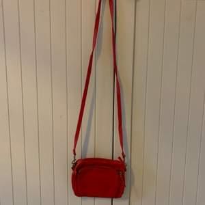 En ganska liten väska med olika fack. Är lite sliten på vissa ställen men syns inte speciellt mycket💕
