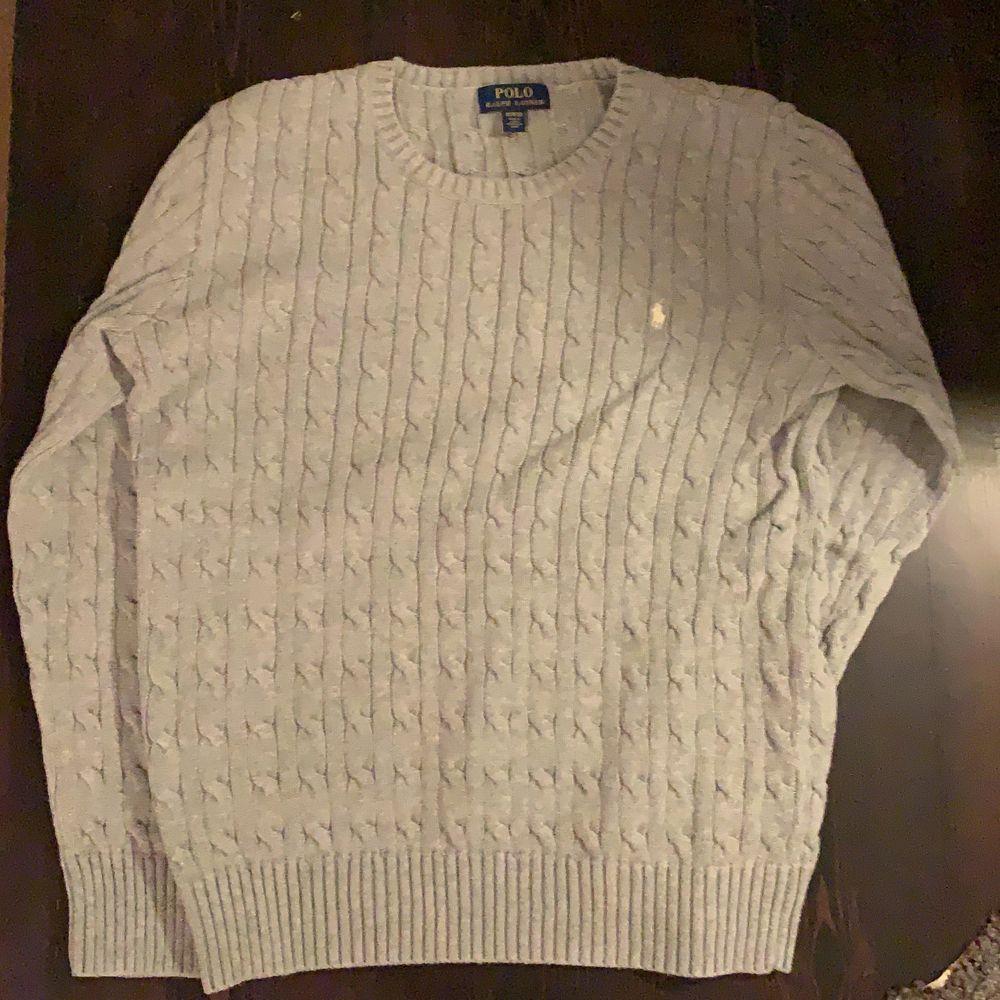 En kabelstickad tröja från polo, barnstorlek XL. Köpt för två år sedan men använt kanske 4 gånger pga alldrig passar i passformen på mig. . Tröjor & Koftor.