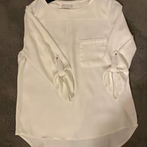 Säljer dessa två blusar, båda passar storlek XS/S.🤍