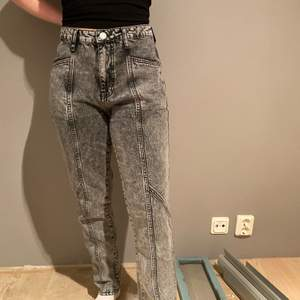 Normal passform, hög midja. Mom jeansen är grå späckliga med hög midja. 100% bomull. Säljes av anledning att de har blivit för stora. Köptes för ca. 1 år sedan.