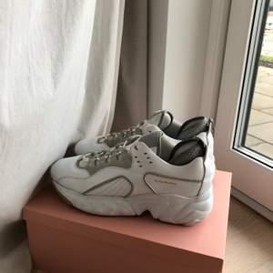 Sneakers från Acne Studios i läder och mocka. Använda men i väldigt fint skick. Köpta på Acne Studios Pilestraede i CPH. Kvitto, låda, dustbags finns. Nypris: 3800:-