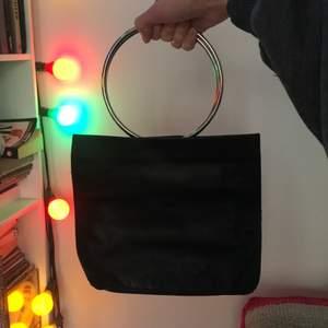 Skitsnygg stilren läderhandväska från weekday. Bara använd typ en gång (köpt för ca ett år sen). Tror ursprungspriset var 600kr.