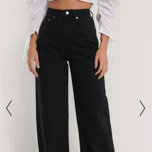 Säljer mina svarta vida jeans från NA-KD i storlek 34 som är helt nya, endast testade 1-2 ggr. Säljer dem pga hade redan ett par liknande så vill ej behålla dem. Nypris:499kr , köparen står för frakten !!