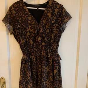 Säljer nu denna fina klänning från Scotch & soda, den är använd ytterst få gånger och är i mycket gott skick☺️ Super fina höstfärger samt till sommaren!! Kan antingen hämtas i Göteborg eller fraktas, det som funkar bäst för dig☺️