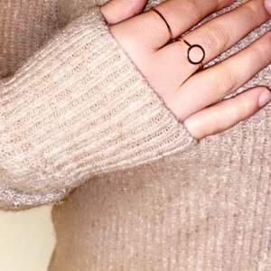 Säljer en fin tröja från H&M. Knappast använd och därför som ny!❤️