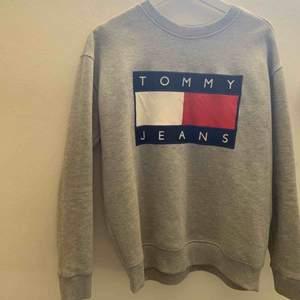 Vintage crewneck från Tommy Jeans! Liten fläck på den vita delen (se bild tre) men inget man tänker på!