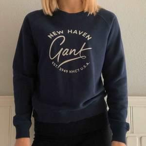 Säljer mörkblå sweatshirt från Gant. Bra skick, använd ett fåtal gånger! Nypris 1000kr