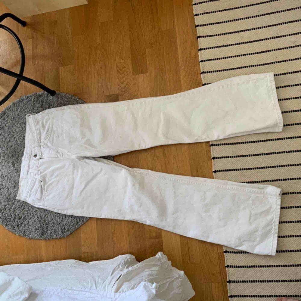 Super fina vita vida jeans från Levis. Väl använda, men i gott skick☺️. Jeans & Byxor.