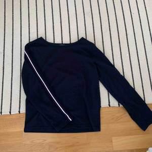 Mysig marinblå tröja med en cool rand på ärmen⚡️