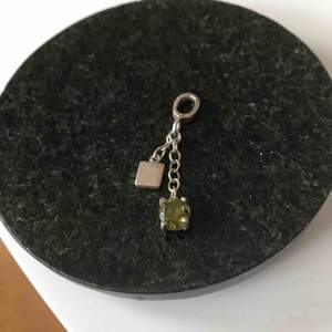 Silverhänge med grön sten. Frakt 11kr