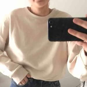 helt ny sweater med prislapp kvar, frakt tillkommer runt 70kr🤩