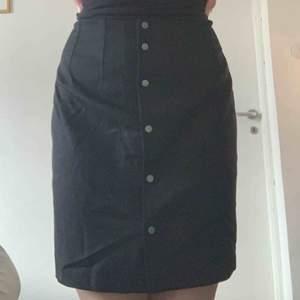 -nypris 900  -för stor, knuten på bilden  -välskick, jättefin filippa k kjol