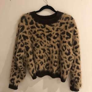 Stickad tröja i leopard mönster. I nytt skick.
