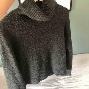 Super mysig och fin stickad tröja från Hm, hög krage, grå/svart i färgen.🥰  Frakt runt 60kr
