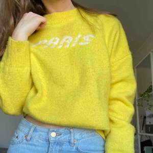 Citrongul skön tröja från &otherstories. Storleken är M men skulle säga att den passar de flesta beroende på hur man vill att den ska sitta. Finns en liten fläck på framsidan, därav det låga priset!