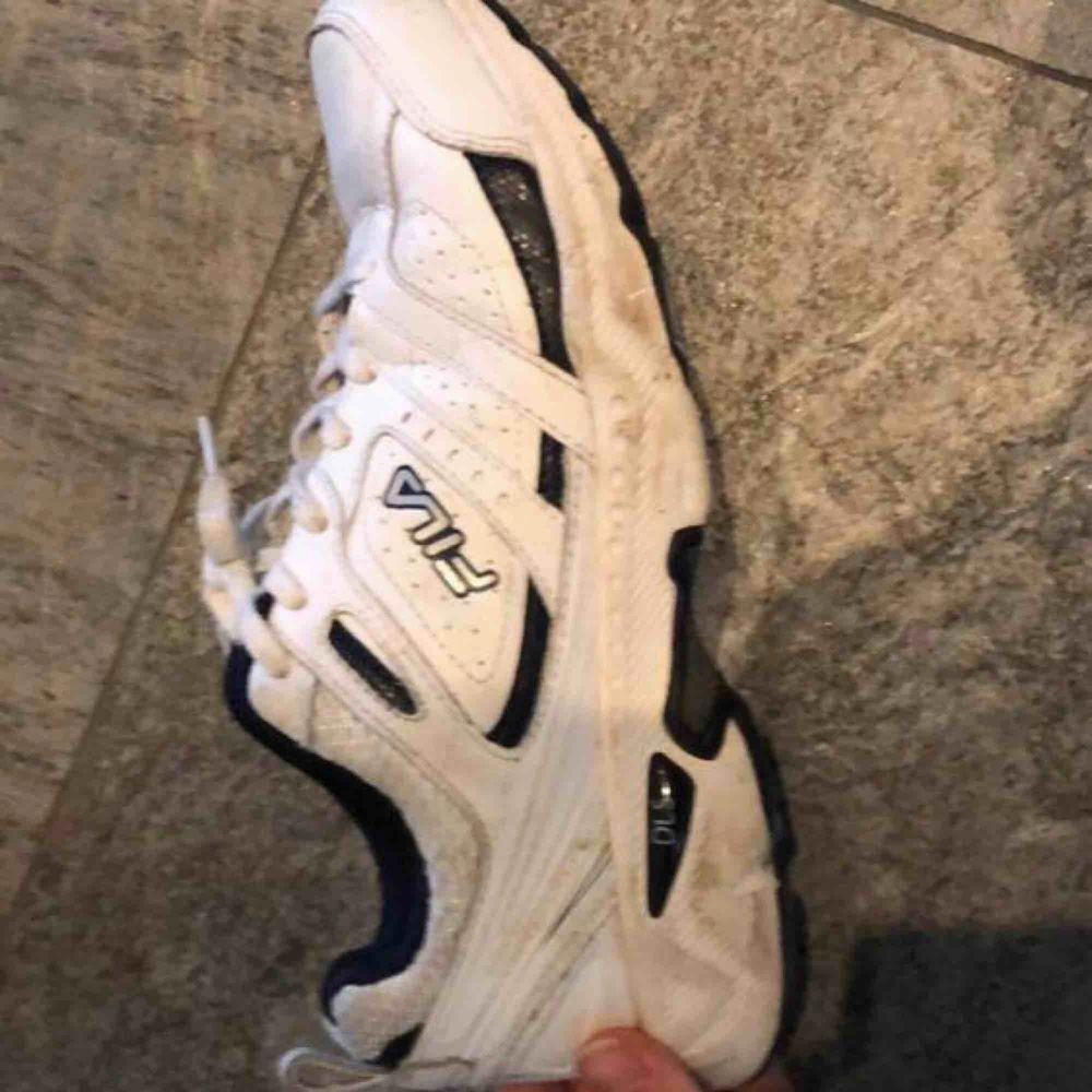 Ett par vita vintage skor från fila. Använda men i bra skick. Skor.