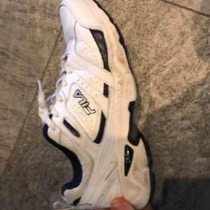 Ett par vita vintage skor från fila. Använda men i bra skick