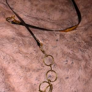 Svart och guld bälte med ringar, i fin skick.  Möts upp eller fraktar 🌸
