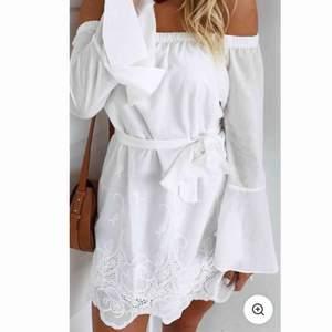 Jättesöt klänning från Dennis Maglic, använd 1 gång! Skriv så skickar jag bild på den hemifrån🤍🤍🤍🤍🤍