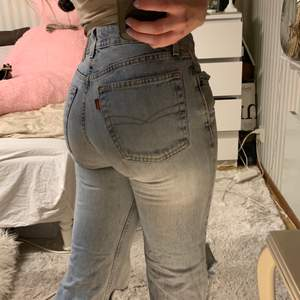 Ett par ljus blåa crocker jeans som är bootcut. Dessa jeans sitter bra på och ser bra ut till de flesta outfits. Säljer pga att dom blivit lite korta i längden.