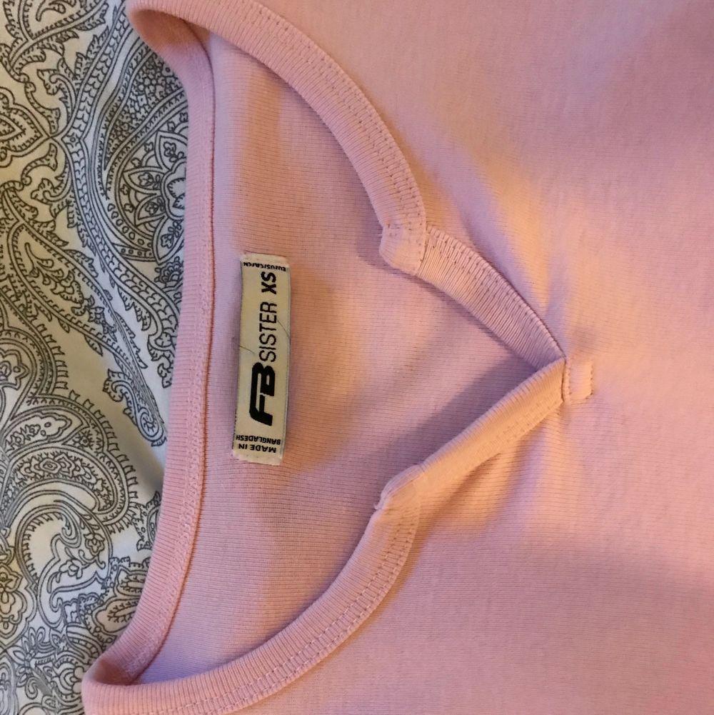 Rosa T-shirt från New Yorker i storlek XS men passar som en S, använd en gång. T-shirts.