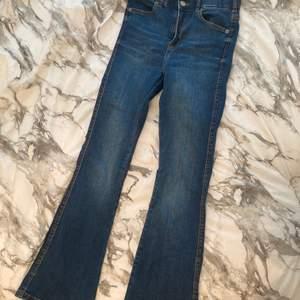 Bootcut jeans i storlek S, endast använda vid ett tillfälle i cirkel 20 minuter haha