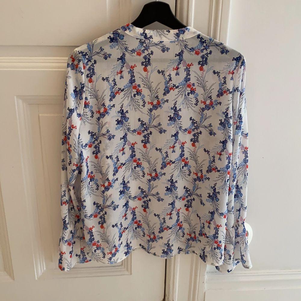 En fin blommig blus från märket Saint Tropez. Väldigt bra skick. Strl M. . Blusar.