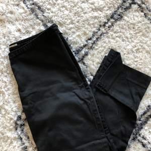 Svarta Kostymbyxor/Ankelbyxor med liten slits längst ner💞 från märket Part Two i storlek 38💞 har två stycken, ena med dragkedja vid höften (bild 1) och andra med knapp och dragkedja fram (kan skicka bild vid önskemål) 💞 en för 40kr och båda för 70kr 💞 använt skick, går ner till vaden ungefär