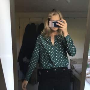 Väldigt fin blus, dock saknas lapp med storlek och affär då jag köpte den på en loppis, men passar mig som är en S/M, 50kr, köparen står för frakten, skriv till mig om du är intresserad 💕💕