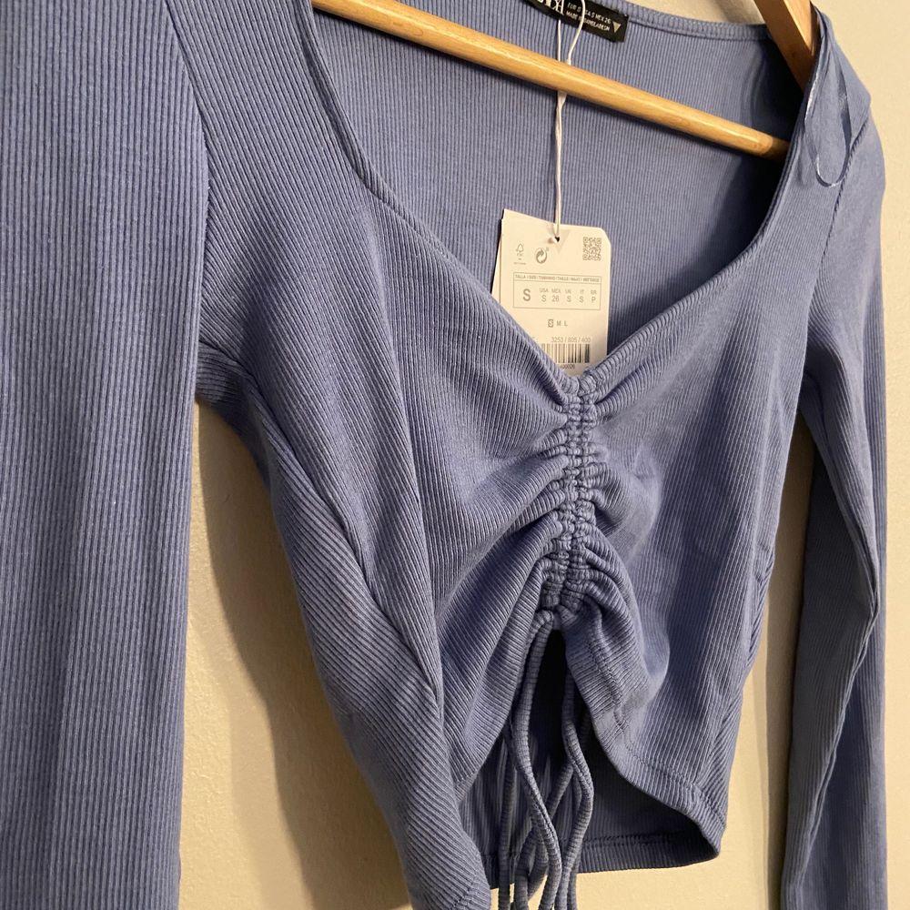 super söt zara topp. helt ny med lappen på! aldrig använd. köparen står för frakten . Skjortor.