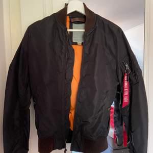 Säljer nu min svarta Alpha jacka (bomberjacka)  Bra skick, storlek 36😆 nypris ca 1500