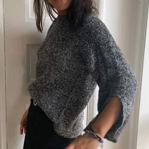 säljer min fina stickade tröja från Gina! Den är syoermysig med typ slits i ärmarna🥰 Kan mötas upp i gbg eller frakta, köparen betalar frakten🥰