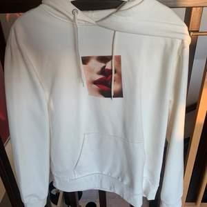 Säljer denna superfina o sköna hoodie som är köpt på carlings. Den är nästan oanvänd. Köpt för 500kr. Hoodien är i storlek S. Väldigt mjukt tyg på insidan