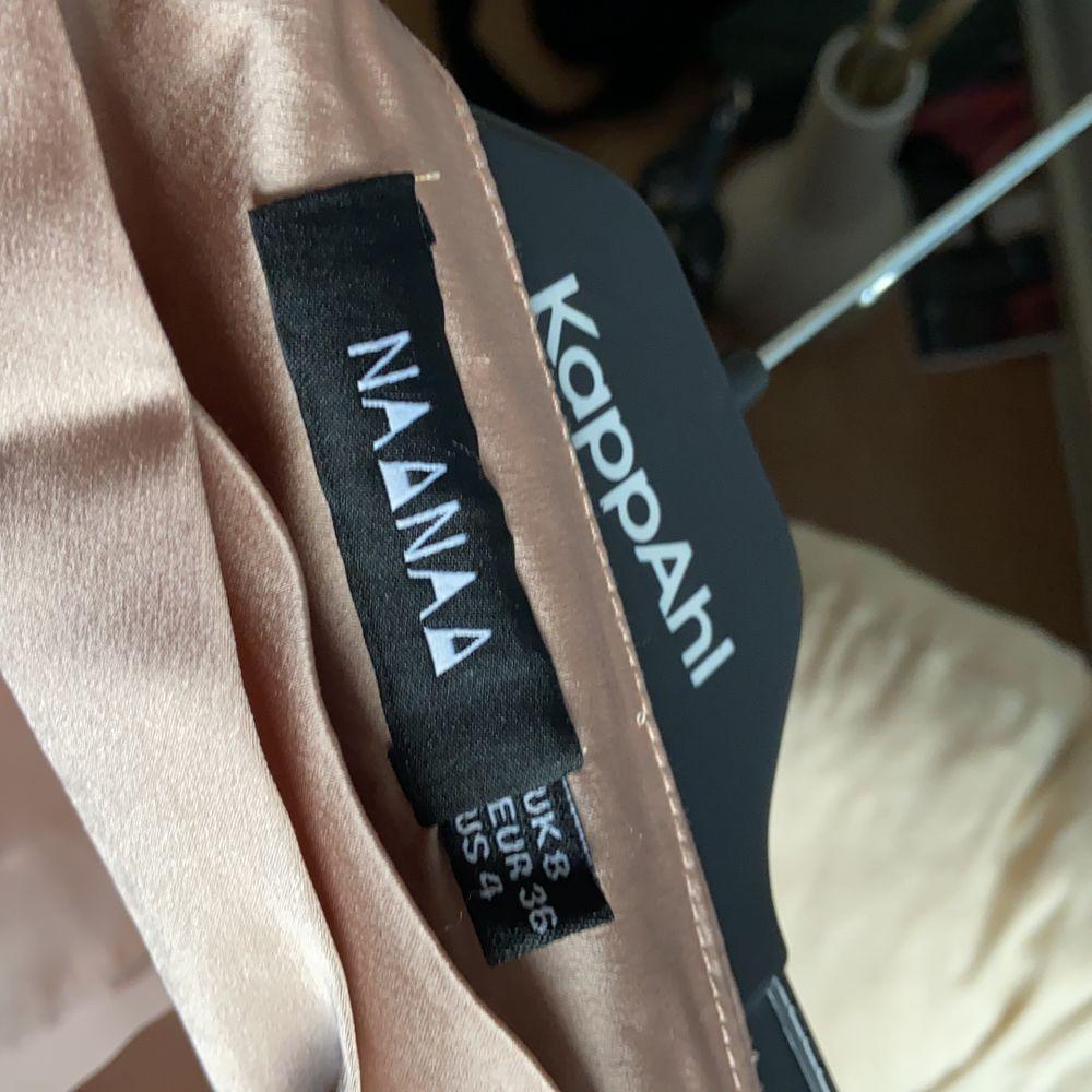 En beige/ljusrosa satinkjol som knappt kommit till användning. (Endast på första bilden)🍂😊 Har flera kjolar därav är den iprincip oanvänd. Ord. 399kr. Priset kan diskuteras men står inte för frakten 💕. Kjolar.