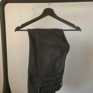 mörkgrå jeans från zara, mom/skinny modell. 💙 passar 34
