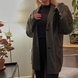 Retro skinnjacka från Gianni i en mycket trendig modell. Säljer på grund av att jag har en liknande. Anvisad storlek är 46, men jag som S bär den  oversized. Skulle säga att S-L kan bära den.