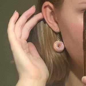 Customizable örhängen, vilken färg du vill ha, glitter, detaljer, etc.