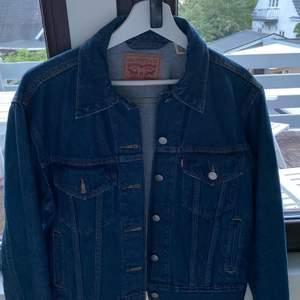 Snygg jeansjacka med bra kvalitet, köpt på Levis i USA, väldigt bra kvalitet!!!! Köpt för ca 700kr  säljs för 250kr + frakt