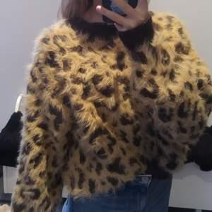 Säljer den här jättefina lite fluffiga stickade tröjan från hm💗